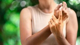 Karpaltunnelsyndrom Hand - Sehr häufig wird das Karpaltunnelsyndrom durch Entzündungen in den Handgelenken ausgelöst. - © Shutterstock