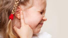 Ohrschmerzen Otitis Kind - © Shutterstock