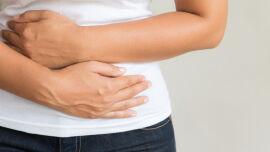 Bauchschmerzen_Frau hält sich den Bauch_Magen Darm Beschwerden