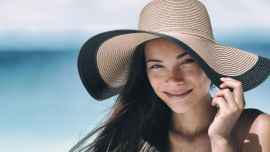 Sonnenschutz Frau mit Hut am Strand