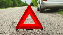 Erste Hilfe_Warndreieck bei einem Auto - Sichern Sie Unfallstellen immer ab. Bei Verkehrsunfällen sollte man zum Beispiel in ausreichender Entfernung ein Warndreieck aufstellen. So kann der nachfolgende Verkehr rechtzeitig auf die Gefahrenzone reagieren.