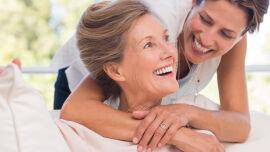 Mutter und Tochter_shutterstock_434093497 - In den Wechseljahren leiden Frauen an den unterschiedlichsten Symptomen. Die Beschwerden sind nicht bei allen Frauen gleich stark ausgeprägt.