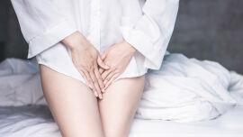 Blase_Unterleibsschmerzen_shutterstock_1376851730 - Zu den Symptomen eines Harnwegsinfekts zählen Schmerzen und Brennen beim Wasserlassen, häufiger Harndrang, Schmerzen im Unterleib, Blut im Harn und Fieber.