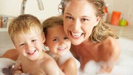 Mutter mit Kindern in Badewanne_shutterstock_116551279 - Fetten Ihre Haare zu schnell? Schuppt und juckt Ihre Kopfhaut? Leiden Sie unter Haarverlust?Hat Ihr Baby Milchschorf oder Kopfgneis? Oder soll schlicht lästigem Lausbefall vorgebeugtwerden? Hier kommt die pflanzliche Lösung.