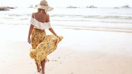 Frau geht am Strand spazieren_Sommer_Meer_shutterstock_1635973441 - Mallorca-Akne ist eine Sonderform der Sonnenallergie.