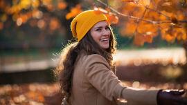 Frau beim Herbstspaziergang_shutterstock_2022717077