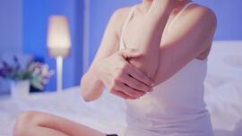 Hautpflege - Ellbogen und Knie sind besonders stark von Psoriasis betroffen. - © Shutterstock